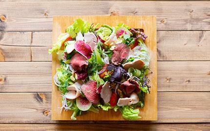 ボリュームたっぷりお肉のサラダ